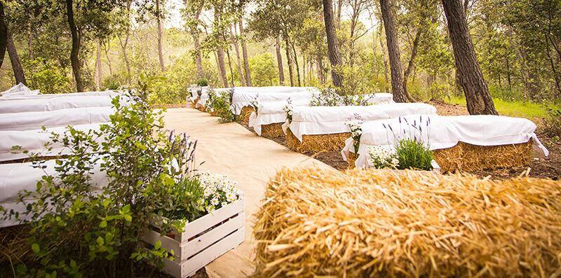 Ceremony-with-hay-bales_Mas-Terrats